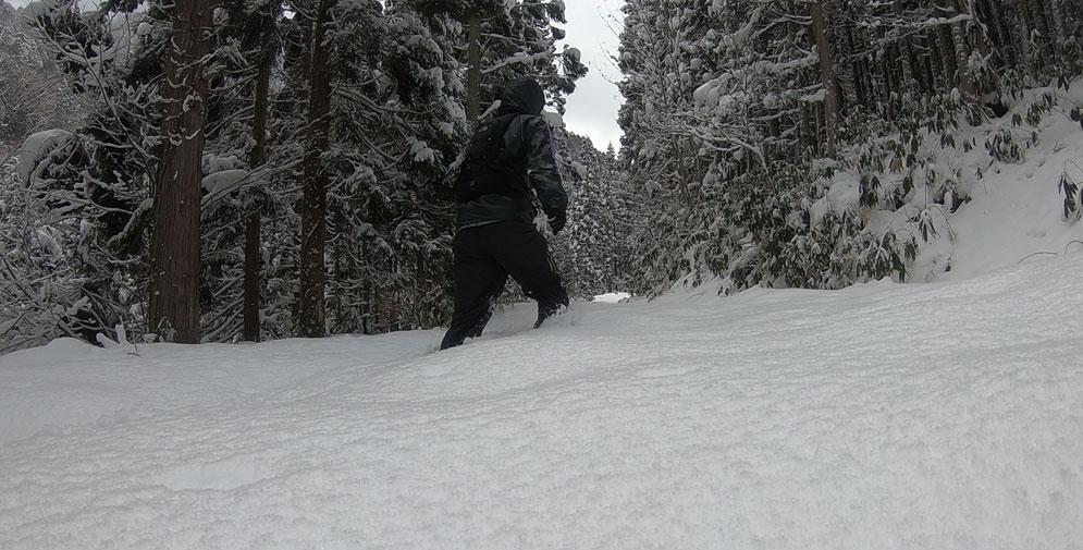 膝まで雪がある状態