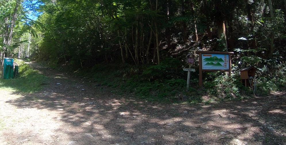 登山ポストとトイレ